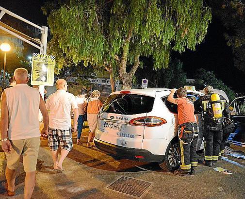 Schaulustige nach dem Taxibrand auf Mallorca.