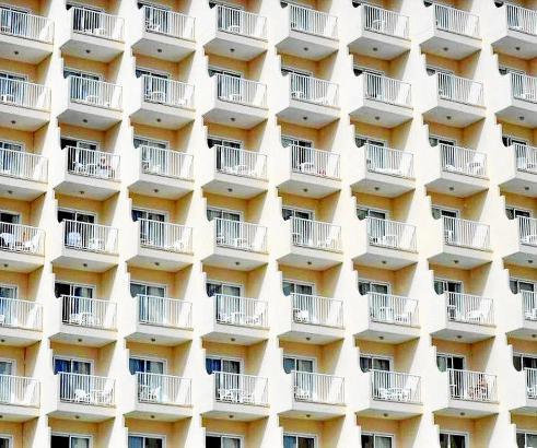 Es reihen sich Zimmer an Zimmer und Balkon an Balkon.