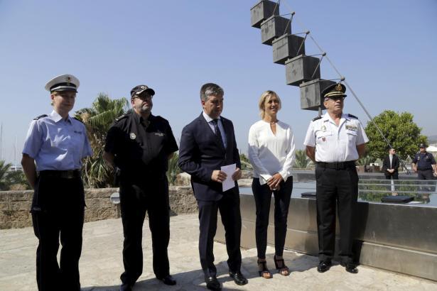 Ignacio Cosidó (3.v.R.) mit der Abgeordneten der Zentralregierung in Madrid, Teresa Palmer, und Polizeibeamten.