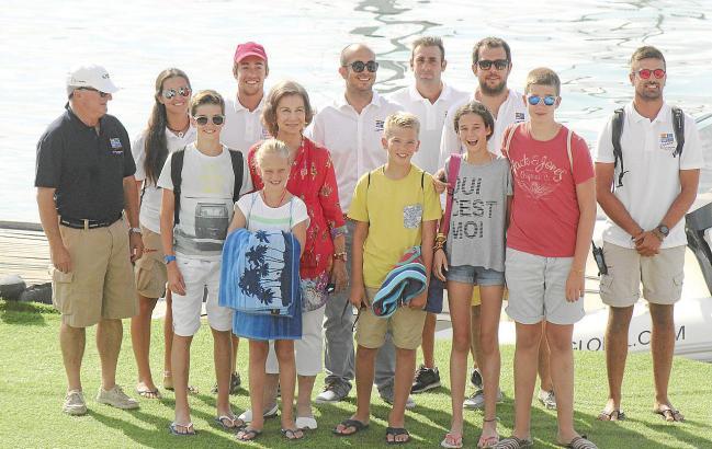 Königin Sofía mit ihren Enkeln und Segellehrern im Yachtclub von Calanova.
