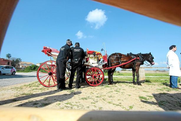Polizisten in Palma de Mallorca bei der jährlichen technischen Überprüfung einer der Kutschen.