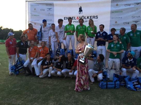 Ninon Völkers übergibt den Pokal an das Gewinner-Team La Martina