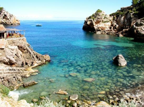 Sommerlich und sonnig wie in der Bucht von Deià geht es mit dem Wetter auf Mallorca weiter.