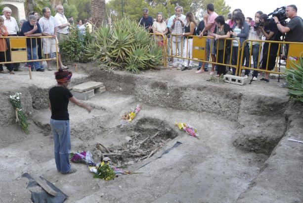 Im Sommer 2013 wurden auf dem Friedhof von Sant Joan die Überreste dreier Opfer des Spanisches Bürgerkrieges geborgen, die in ei