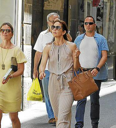 Mary Donaldson mit Leibwächtern auf Mallorca.