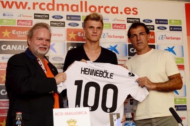 Tobias Henneböle (Mitte) mit Präsident Utz Claasen (l.) und Sportdirektor Miquel Angel Nadal.