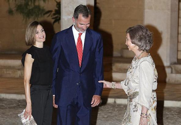 Königin Letizia, König Felipe und Königin Sofía im Innenhof des Palastes.