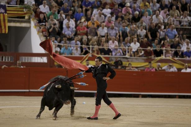 Der Torero José Mari Manzanares im Zweikampf mit dem Stier.