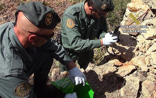 Angehörige der Umweltschutzpolizei der Guardia Civil sammelten Giftproben ein.