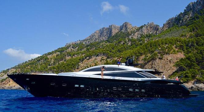 Räikkönen und seine Verlobte sprangen vor Mallorca Hals über Kopf ins Meer. Foto: UH