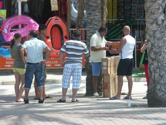 Das Archivfoto zeigt Hütchenspieler in Aktion an der Playa de Palma.
