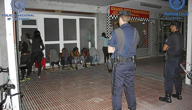 Schlag gegen afrikanische Prostituierte und ihre Hintermänner an der Playa de Palma im Juli 2013.