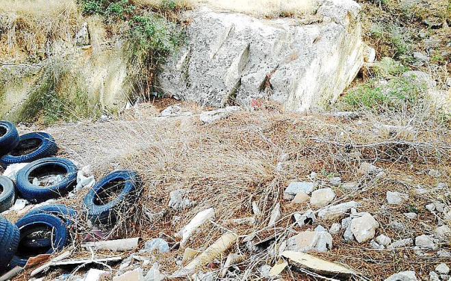 Autoreifen und anderer Unrat  wurden in Torre Rodona gefunden