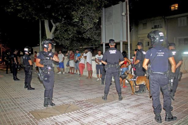 Das Archivfoto zeigt einen Polizeieinsatz gegen Hütchenspieler an der Playa de Palma.