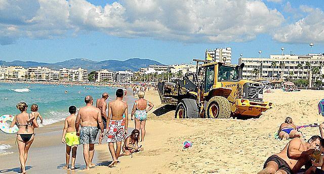 Schweres Gerät: Ein Bulldozer auf der Playa de Palma.