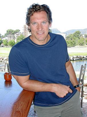 """Am Rande der Dreharbeiten zu """"Hai-Alarm auf Mallorca"""": Ralf Moeller 2003 in Camp de Mar, auf der Terrasse des damaligen Dorint-"""