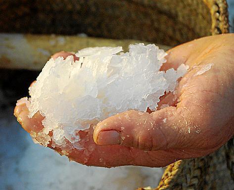 Die groben Brocken müssen von Hand gereinigt und zerkleinert werden.