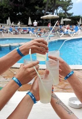 All-inclusive-Gäste erhalten auf Mallorca ein Kunststoffarmband als Erkennungszeichen.