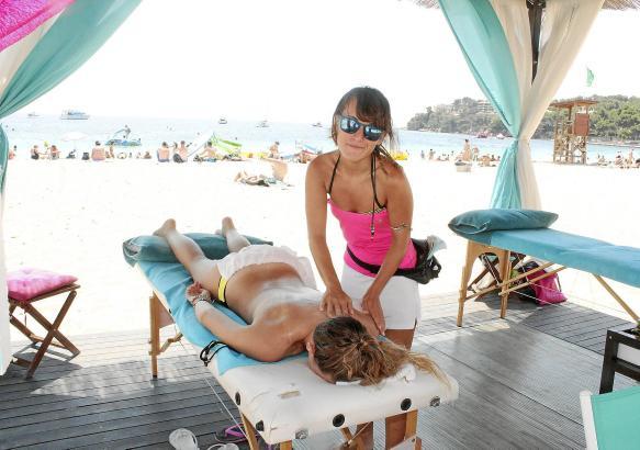 Ab zehn Euro kann man Nacken und Rücken bearbeiten lassen, die Ganzkörperbehandlung gibt es ab 30 Euro.