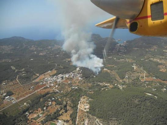 Flächenbrände werden meistens mit Löschflugzeugen aus der Luft bekämpft.