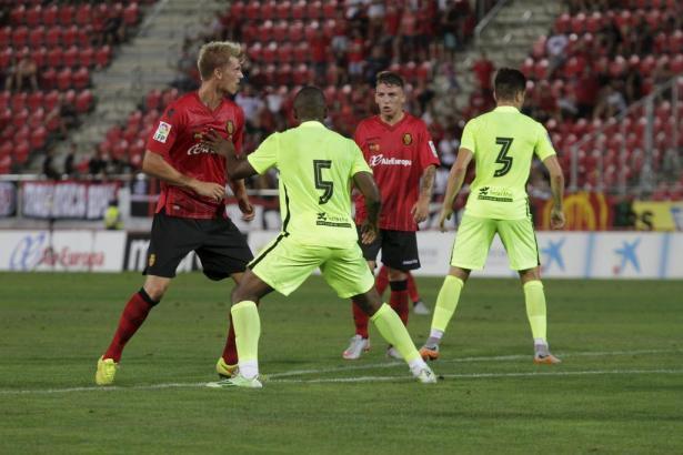 Tobias Henneböle (l.) stand in der Startelf und spielte durch. Der Abwehrmann war zuletzt in Diensten der zweiten Mannschaft des