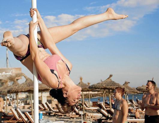 Ab in die Vertikale: Am Stadtstrand von Palma wurde Poledance praktiziert.