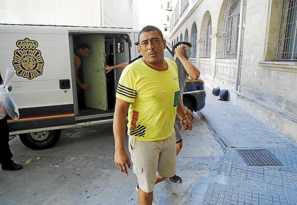Ein Mitglied des Bustamante-Clans beim Gang vor den Ermittlungsrichter.