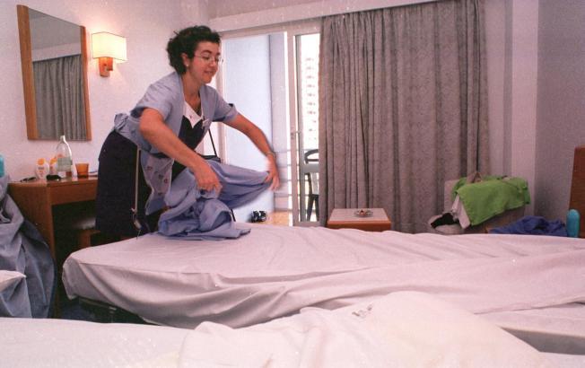 Das Archivfoto aus dem Jahr 2000 zeigt ein Zimmermädchen beim Bettenwäschewechsel.