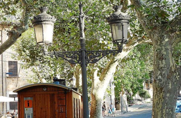 Die Straßenlaternen in Sóller, Mallorca, sind in schlechtem Zustand.