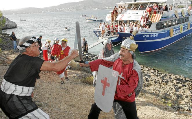 Erstes Scharmützel am Strand von Santa Ponça. Heute kommen die christlichen Eroberer mit dem Ausflugsboot.