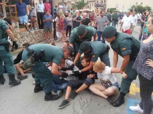 Polizisten lösen die Sitzblockade in Fornalutx, Mallorca, auf.