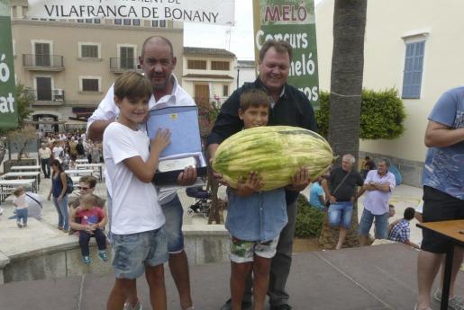 Francesc Morlà und Salvador Sansó nahmen mit ihren Vätern den Preis entgegen.