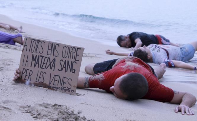 Die Gruppe ICA Animalista forderte mit ihrer Performance an der Playa de Palma die Aufnahme von Flüchtlingen.