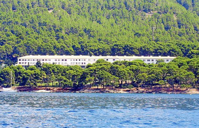 """Das Hotel Formentor wird oft als """"weißer Strich im Grün des Waldes"""" beschrieben."""