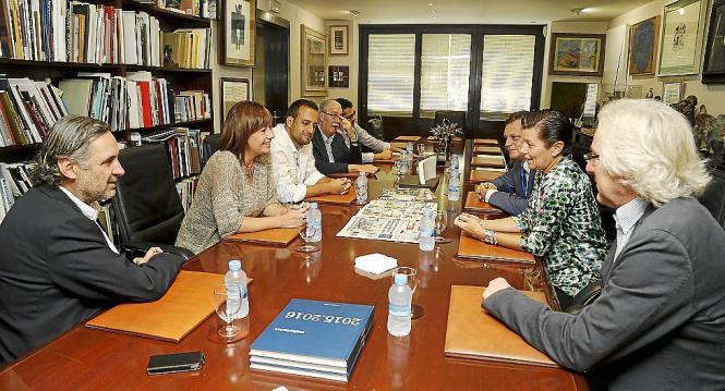 Armengol und ihr Kommunikationsdirektor (Mitte) mit den Verantwortlichen der Verlagsgruppe Serra.