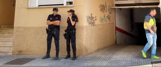 Beamte der spanischen Nationalpolizei vor einem Gebäude, in dem eine der Hausdurchsuchungen stattfand.