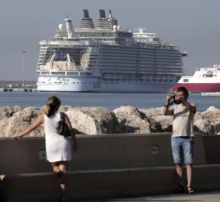 """Wöchentliche Besuche wie von der """"Allure of the Seas"""" mit bis zu 6000 Passagieren an Bord treiben die Statistiken der Hafenbehör"""
