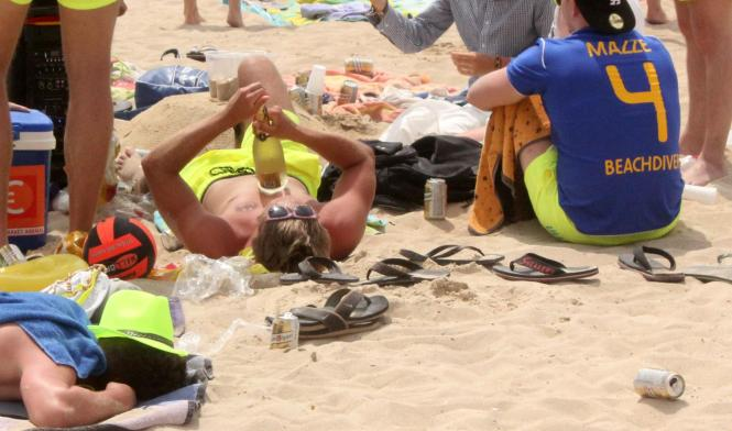 Das Rathaus will den Läden an der Playa de Palma den Verkauf von Alkohol beschränken.