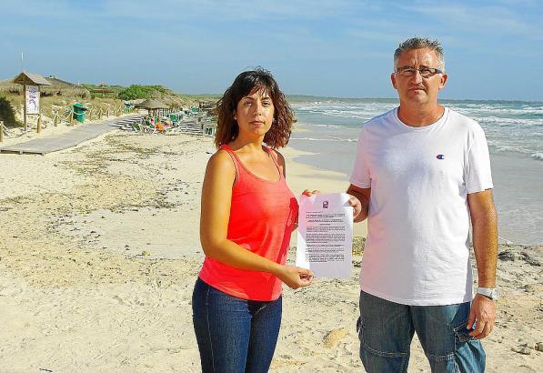 Gemeinderätin Catalina Servera mit Parteichef Pere Lladonet am Strand von Es Trenc.