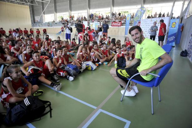 """Rudy Fernández im Juli auf seinem """"Campus"""", den er alljährlich mit mallorquinischen Kindern veranstaltet."""