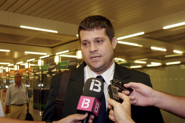 Javier Martí Asensio am Flughafen von Mallorca.