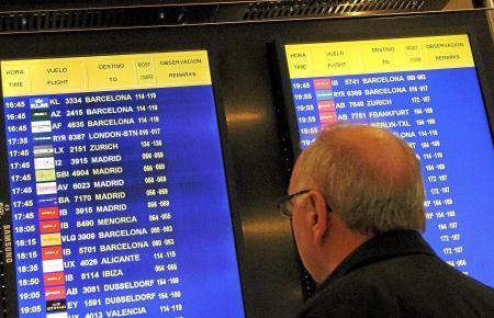 Ein Passagier informiert sich auf Palmas Airport über die Abflugszeiten