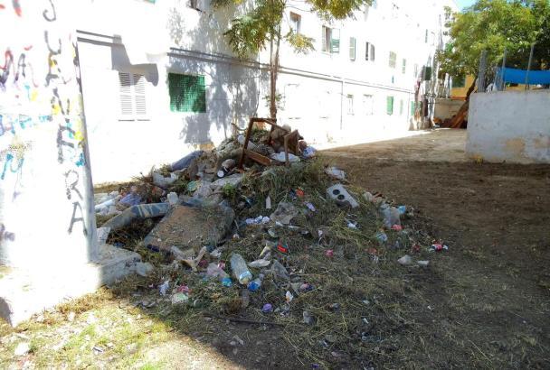 "Abfallberge im Wohnviertel ""Correa"" in Palma de Mallorca."