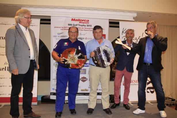 Die Sieger: Juan Díaz Hernández (2.v.l.) und Alejandro Ocio Lamas (3.v.l.) mit MM-Chefredakteur Bernd Jogalla (l.), Golf-de-Andr