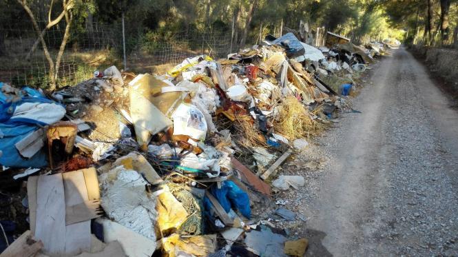 Eine Schande für die Insel: Der zugemüllte Privatweg von Son Olivaret bei Sant Jordi in Palma.