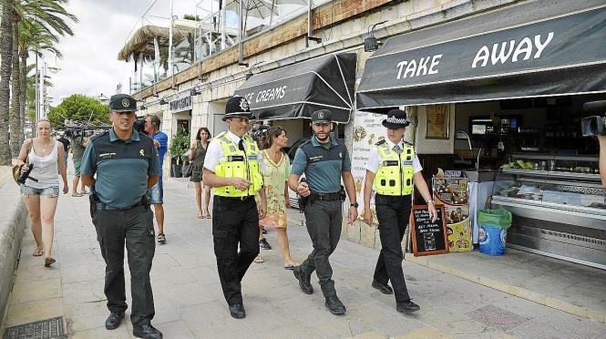 """Englische """"Bobbies"""" und spanische Beamte der Guardia Civil bei einer gemeinsamen Streife auf Mallorca."""