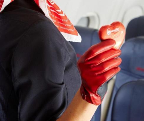 Neben den Schokoherzen will Air Berlin den Passagieren nun doch auch weiterhin kostenlose Snacks und Getränke bieten.