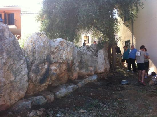 Anwohner in Palmas Stadtteil Sant Jordi bei der Pflege einer archäologischen Stätte vor ihrer Haustüre.