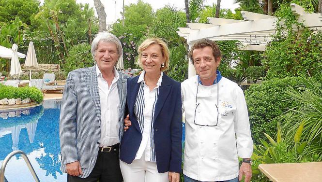 Weinliebhaber Pepe und Miriam Navarrete (l.), hier mit Gerhard Schwaiger im Garten ihres Hotels, haben am 23./24. Oktober Spanie