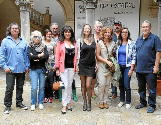 Inma Bianchi (Mitte), umgeben von Künstlern und Organisatoren des Kunstfestes.